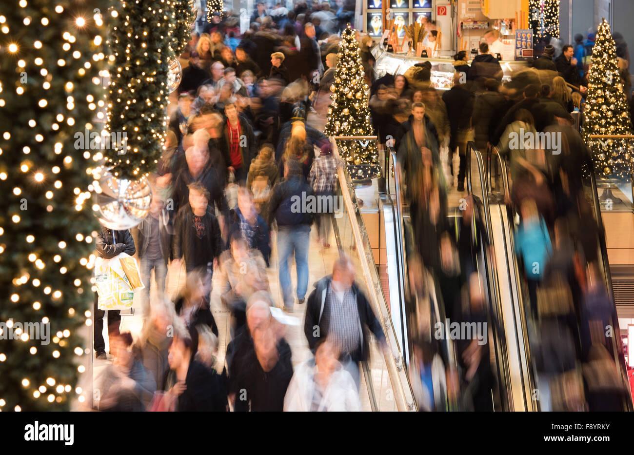 dpatopbilder Zahlreiche Menschen strömen am 12.12.2015 in Hamburg durch das Shoppingcenter 'Europapassage' - Stock Image