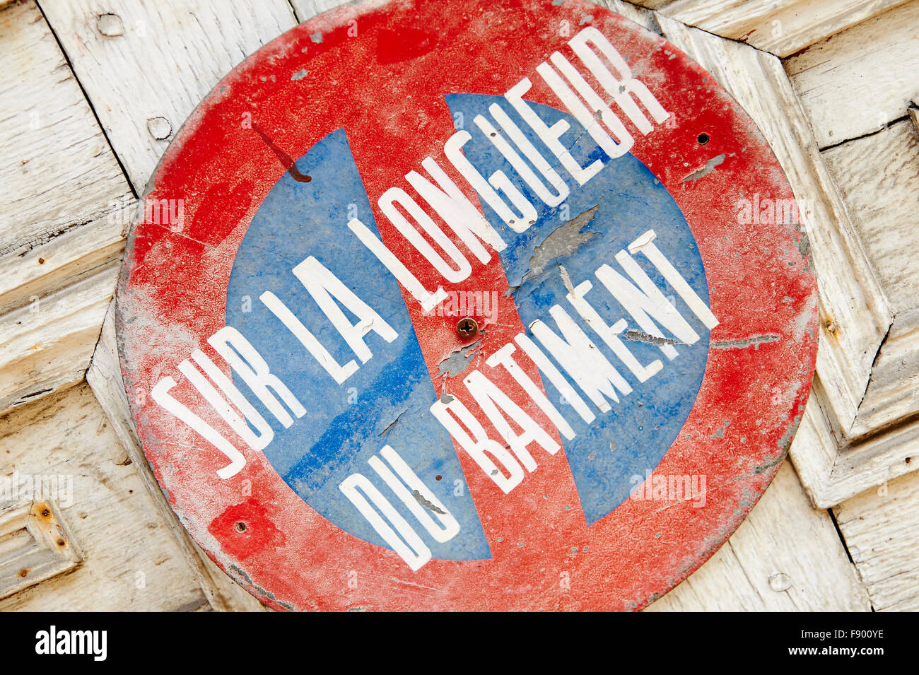 Old French no parking sign on an old door - Stock Image