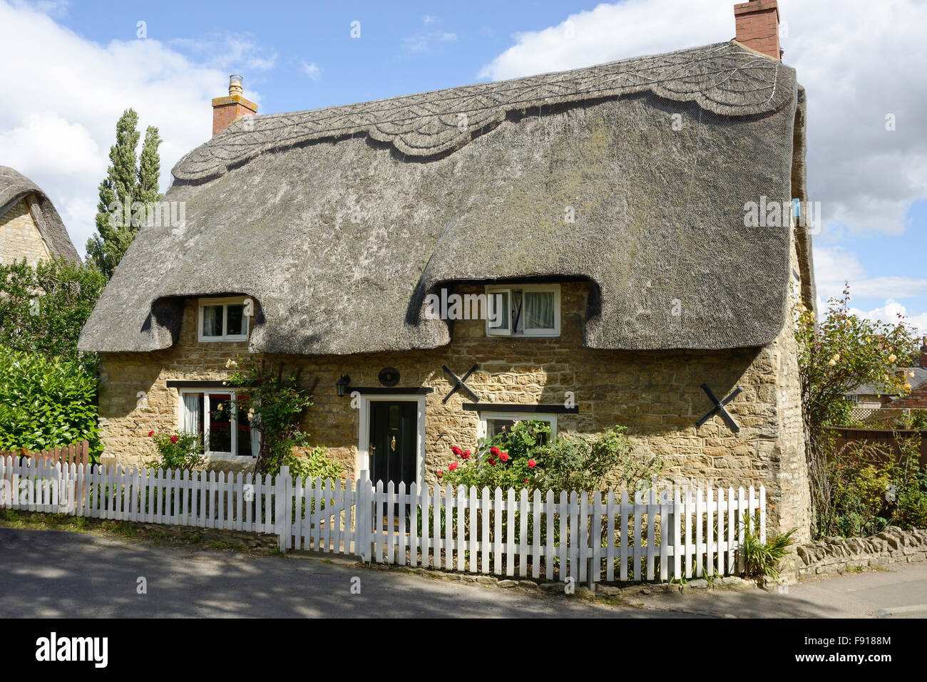 Thatched cottage, Bridge Road, Stoke Bruerne, Northamptonshire, England, United Kingdom - Stock Image