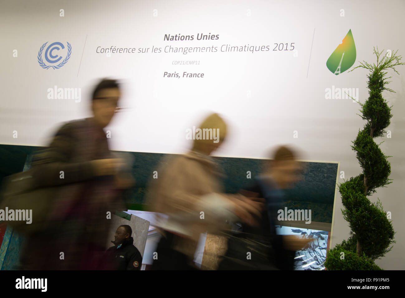 Delegates enter the main hall of the COP21 United Nations climate summit in Paris, France, November 29, 2015. - Stock Image