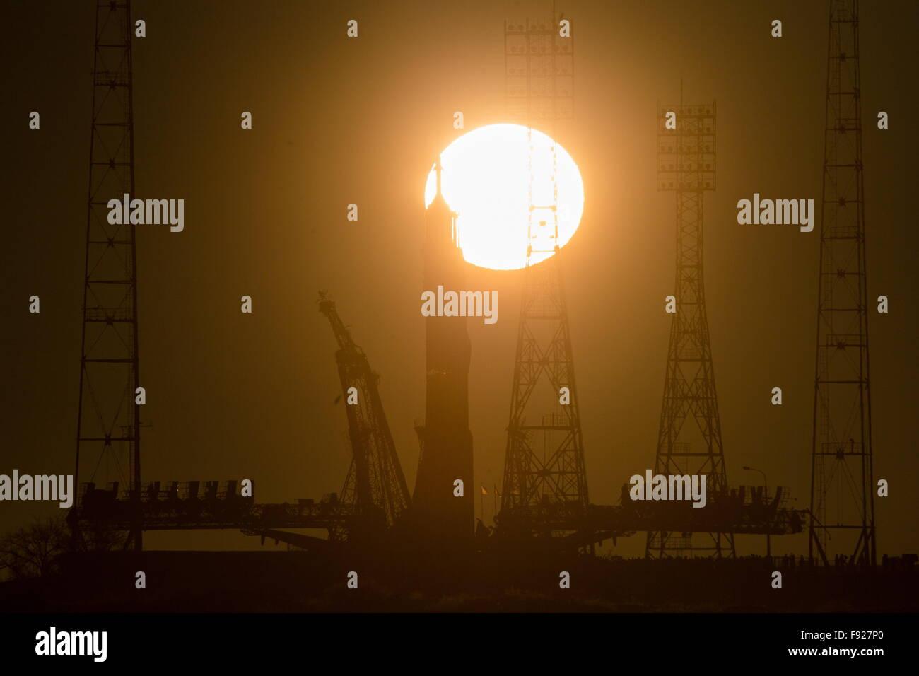 Baikonur, Kazakhstan. 13th Dec, 2015. A Soyuz FG rocket booster with the Soyuz TMA-19M spacecraft being installed - Stock Image