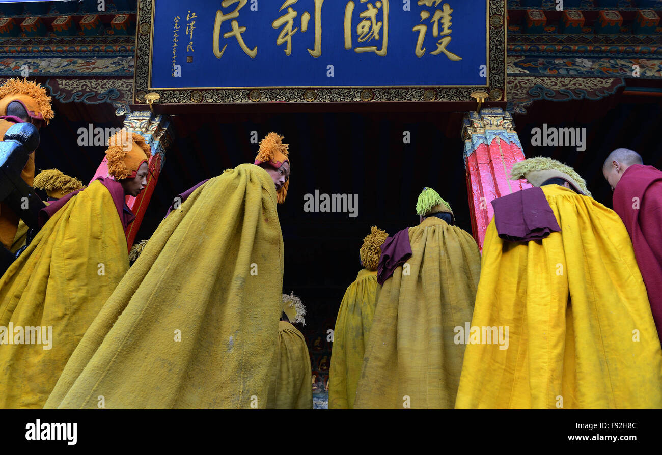 Xigaze, China's Tibet Autonomous Region. 13th Dec, 2015. Monks wait for the coming of Bainqen Erdini Qoigyijabu, - Stock Image
