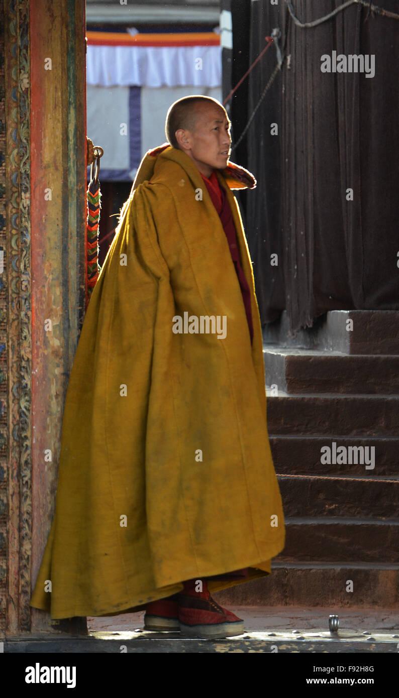 Xigaze, China's Tibet Autonomous Region. 13th Dec, 2015. A monk waits for the coming of Bainqen Erdini Qoigyijabu, - Stock Image