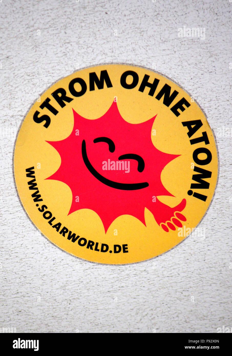 Aufkleber mit Slogan 'Strom ohne Atom', Berlin. - Stock Image