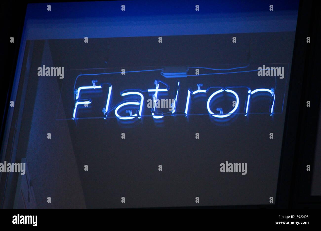 'Flatiron' - Neonroehrenschrift mit Stadtteilnamen und Gebaeudenamen New Yorks im neuen 'Factory' - Stock Image