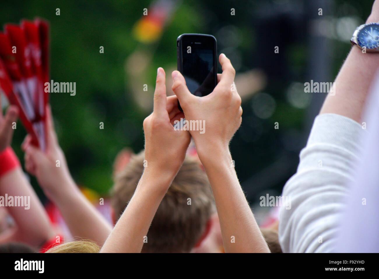 Fans mit Handys beim Filmen und Fotografieren - Impressionen - Empfang der dt. Fussballnationalmannschaft nach dem - Stock Image