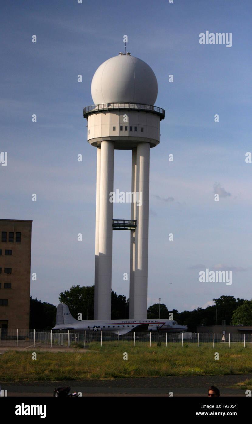 Radarturm - Impressionen: Tempelhofer Feld auf dem Gelaende des frueheren Flughafen Tempelhof, Berlin-Tempelhof. - Stock Image