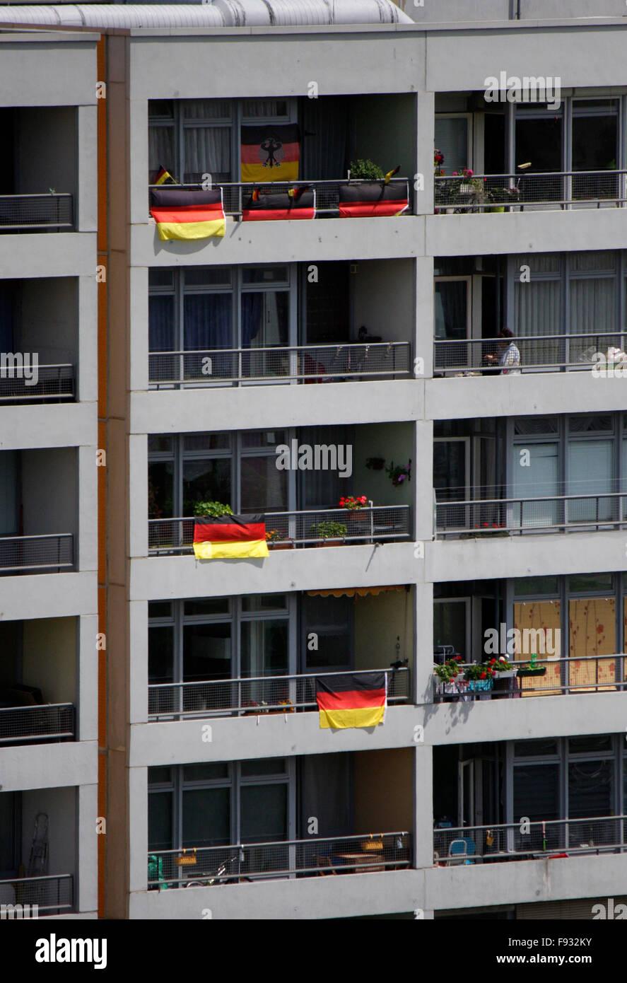 Luftbild: Mietshaeuser mit Fahnen zu Zeiten der Fussball Weltmeisterschaft 2014, Berlin-Kreuzberg. - Stock Image