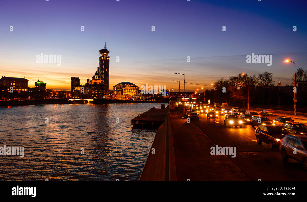 Nighttime image of the Moscow River and Swissotel building - Stock Image