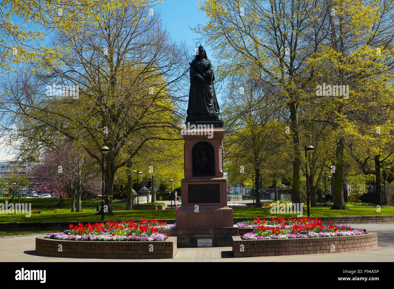 Queen Victoria Statue and flowers, Victoria Square, Christchurch, Canterbury, South Island, New Zealand - Stock Image