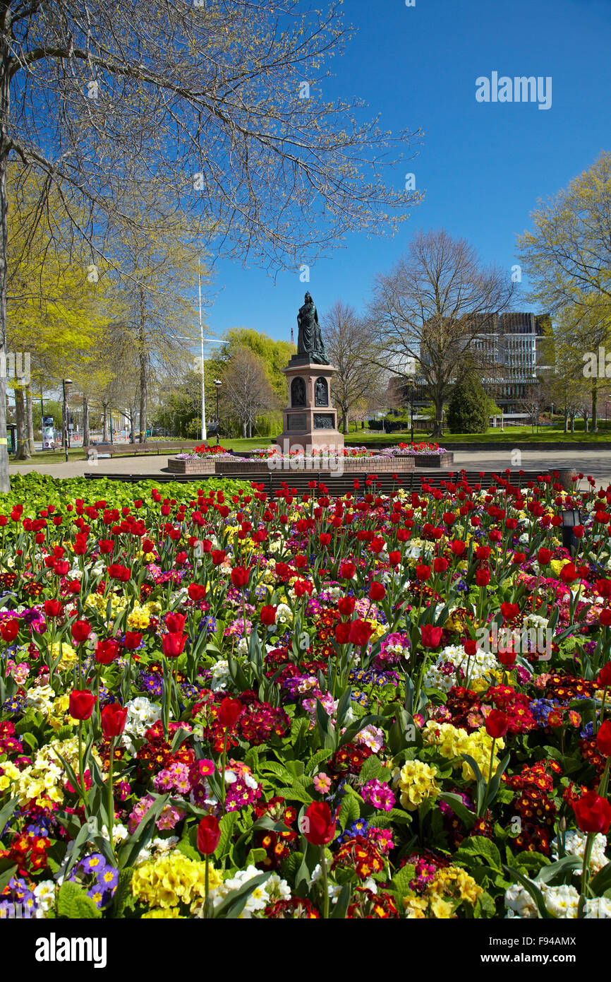 Flowers and Queen Victoria Statue, Victoria Square, Christchurch, Canterbury, South Island, New Zealand - Stock Image