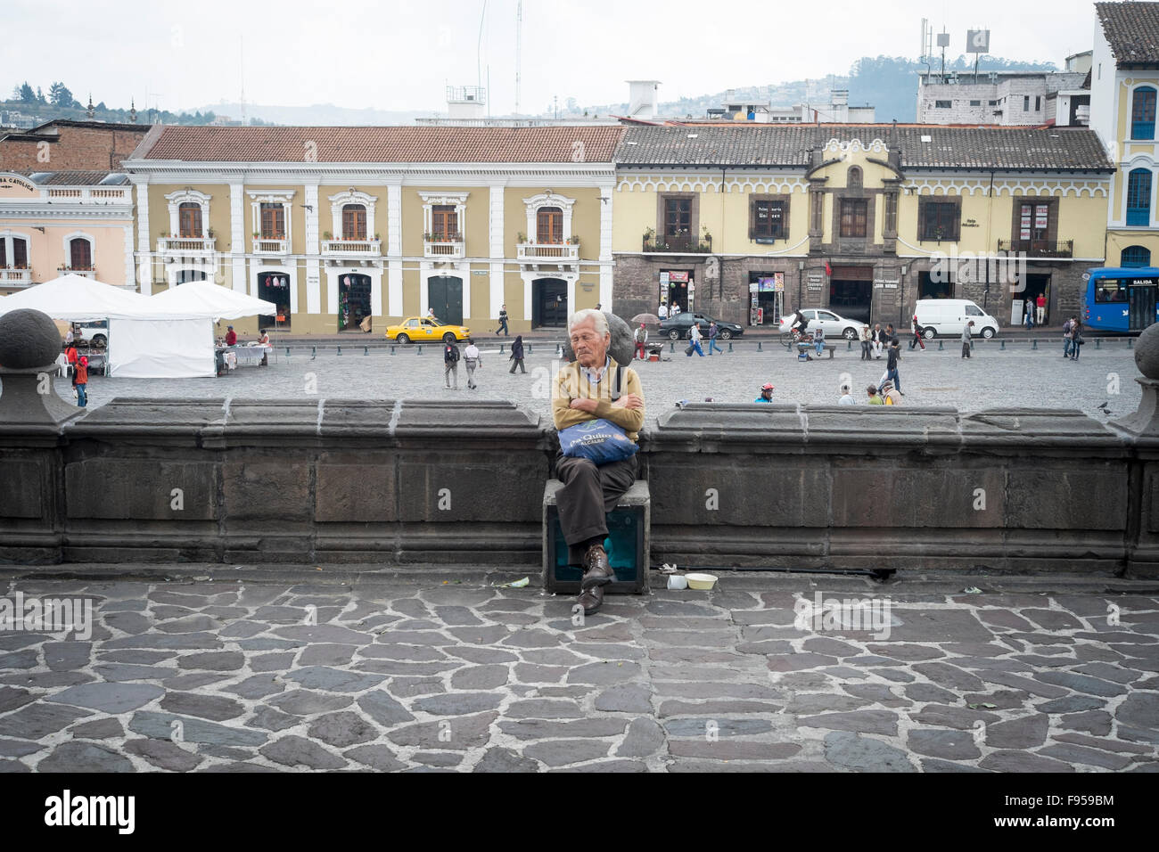 Quito , Ecuador. A man sleeps outside Iglesia San Francisco with Plaze de San Fransisco behind him - Stock Image