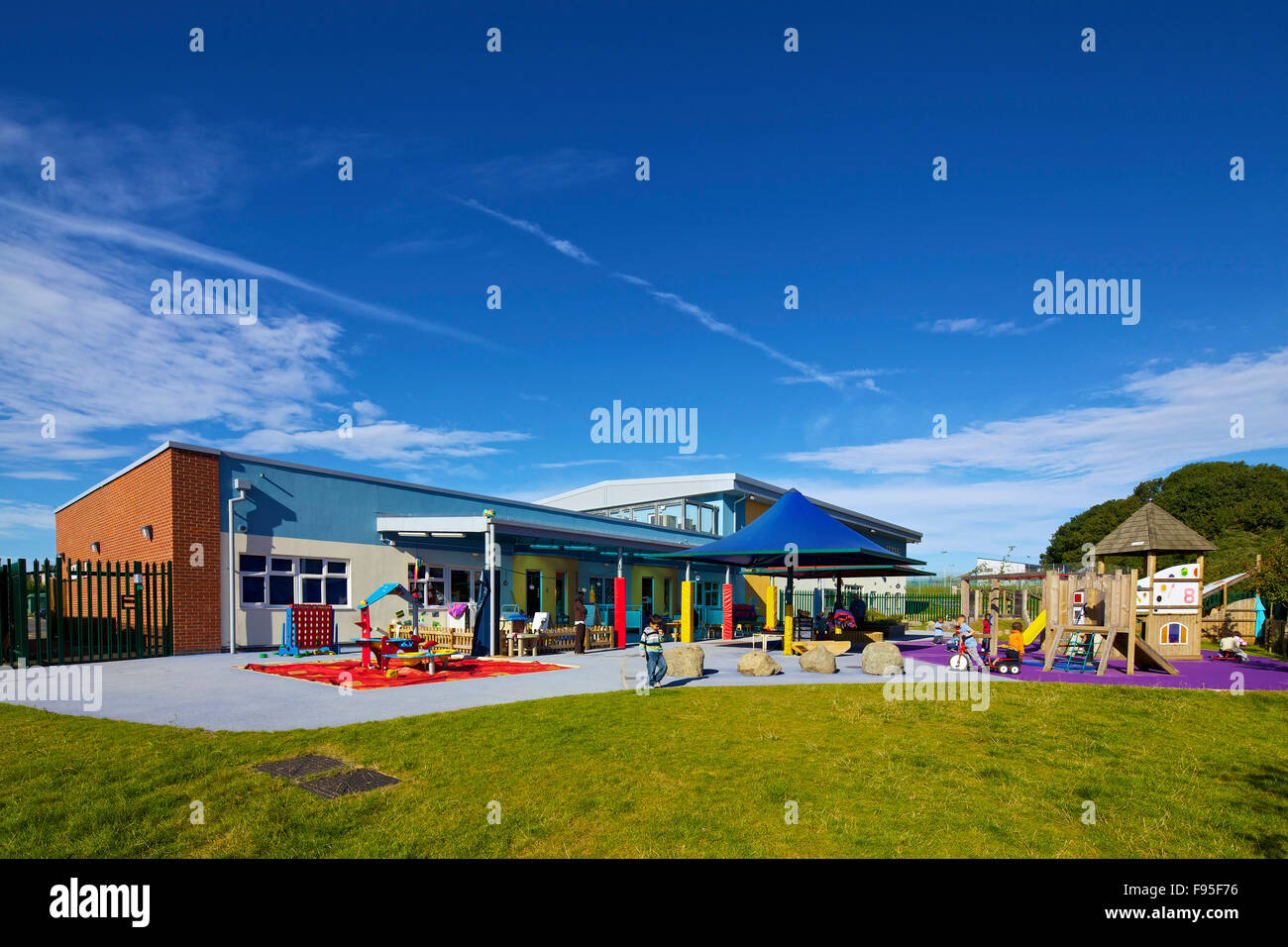 Marsh Farm Children's Centre for Excellence. View of the back of the Centre. Colourful children's play area - Stock Image