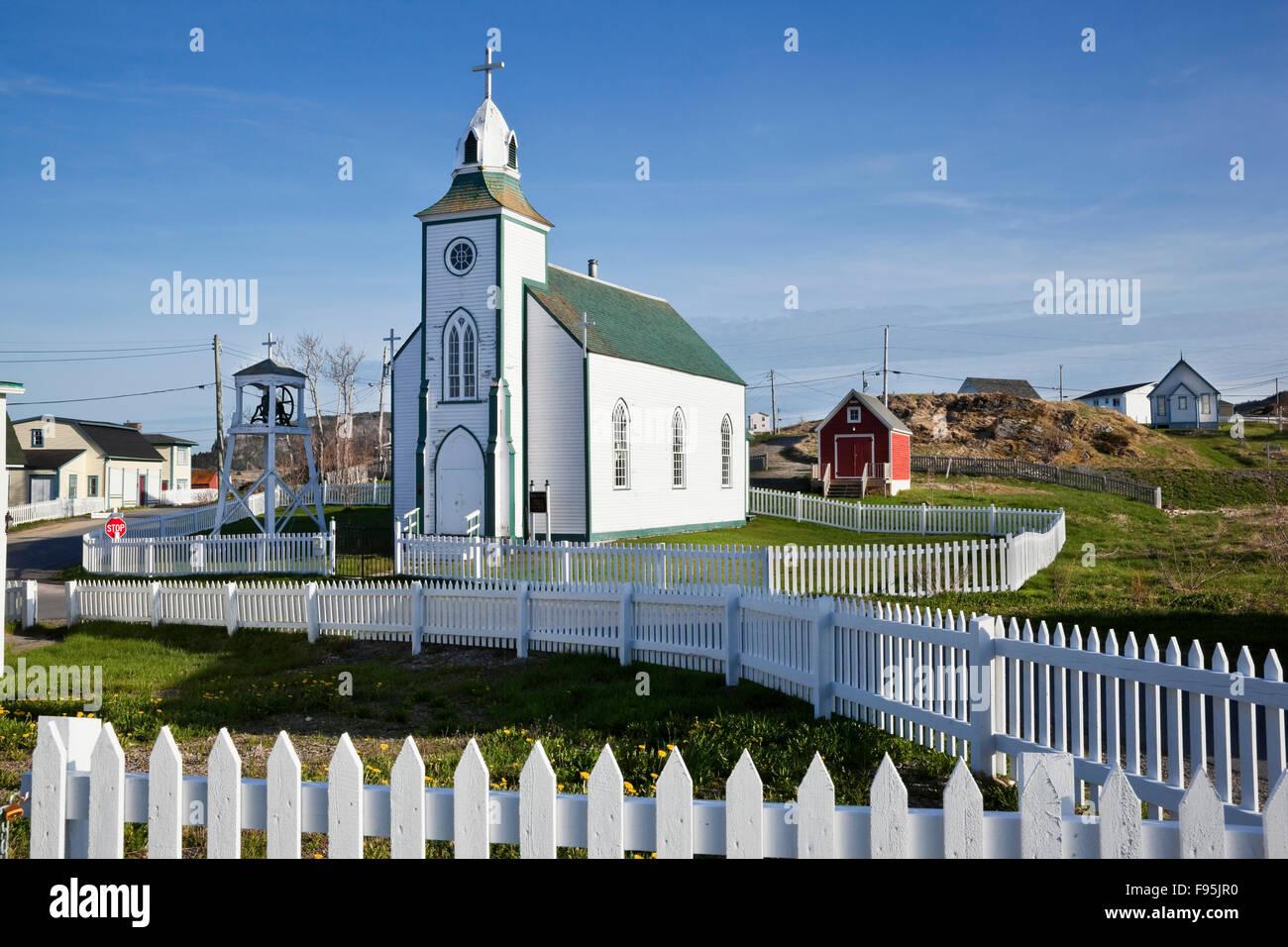 Holy Trinity Roman Catholic Church surrounded on all sides by white picket fences. Trinity, Newfoundland - Stock Image