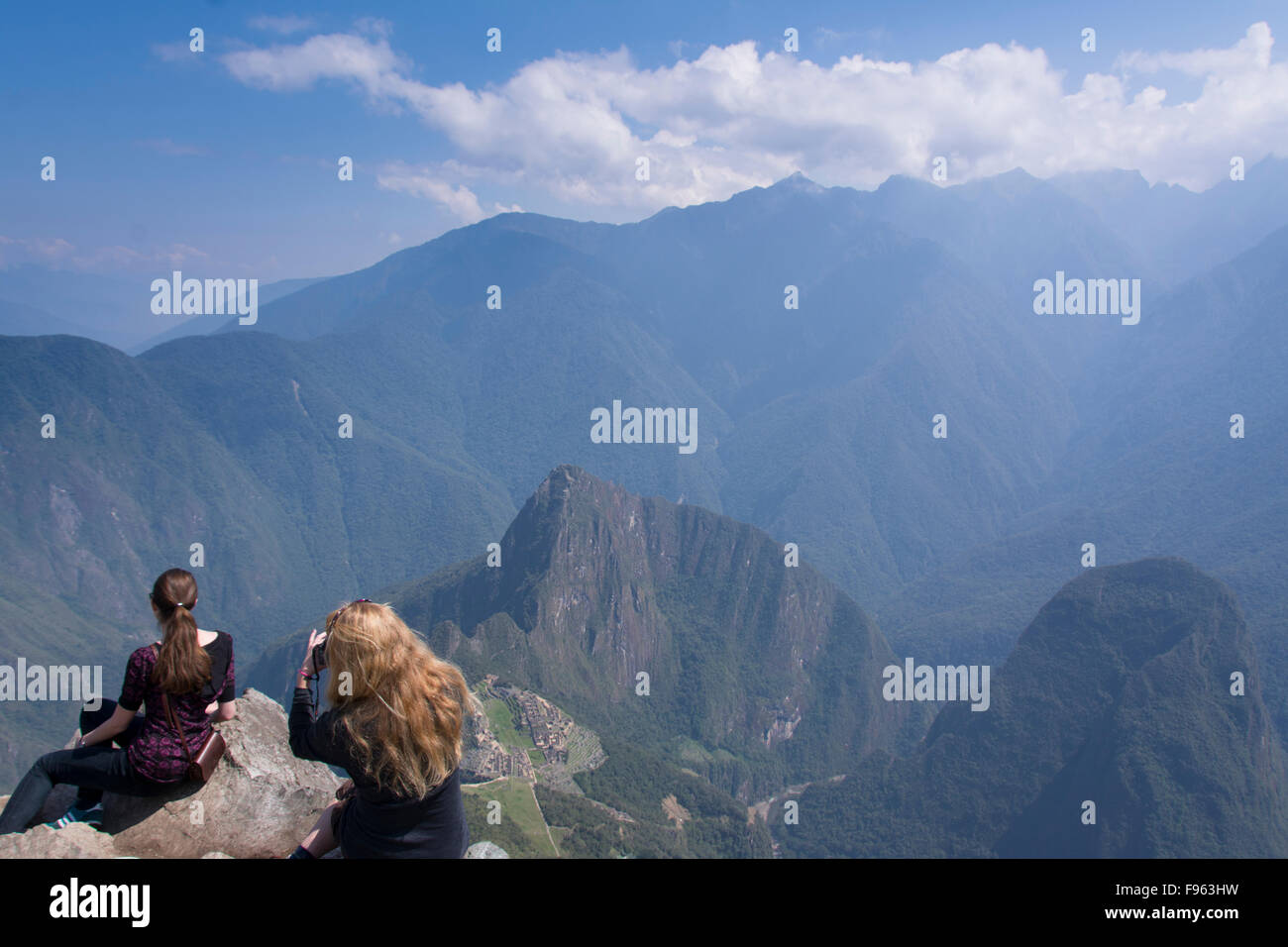 Travellers at the high vantage point of Montana Machu Picchu, Peru - Stock Image