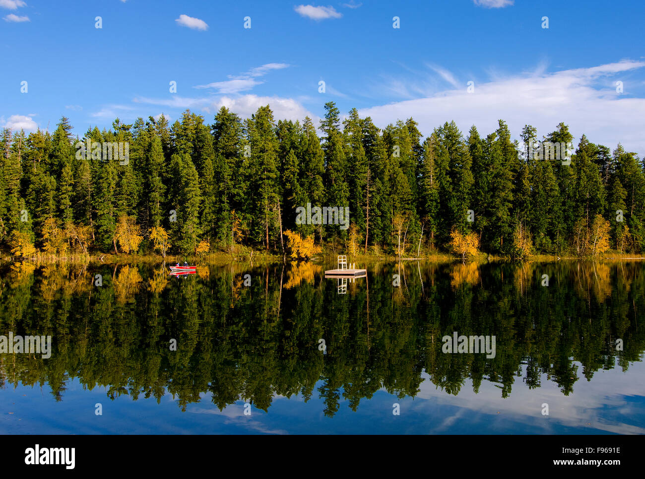 Boaters enjoy the early fall colours surrounding Gardom Lake, near Salmon Arm, in British Columbia's Shuswap - Stock Image