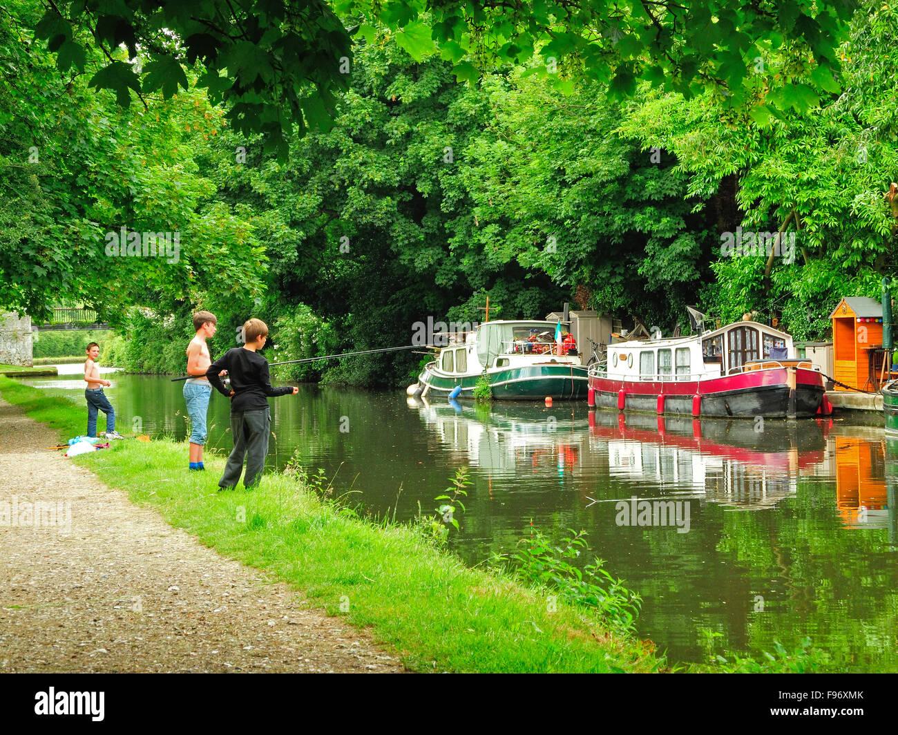 boys fishing in Grand Union Canal near Hemel Hempstead, Hertfordshire, England - Stock Image