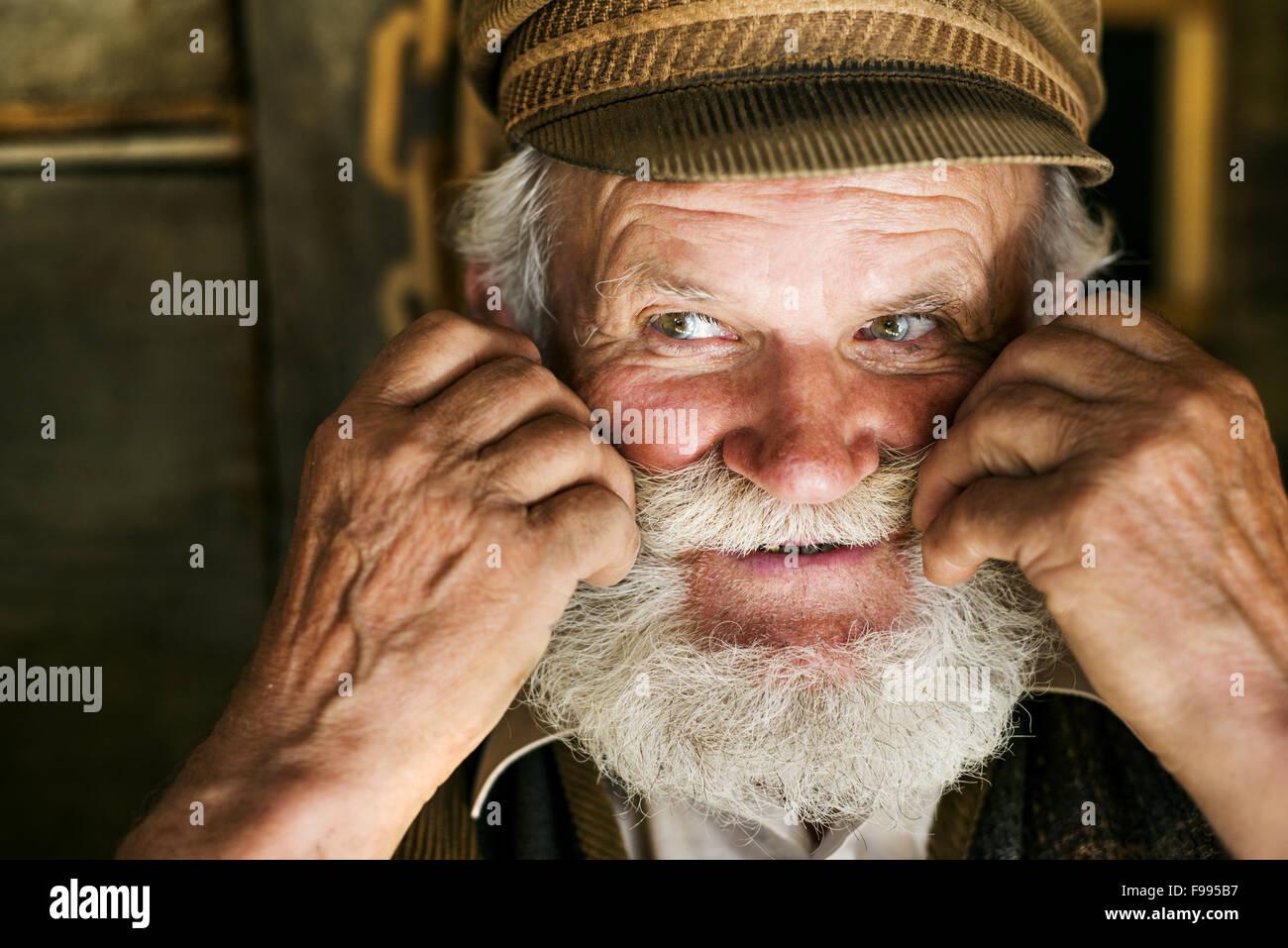 Close Up Nachdenklich Männlich Bearded Farmer Mit Strohhut Standing Auf Der Farm Und In Ferne