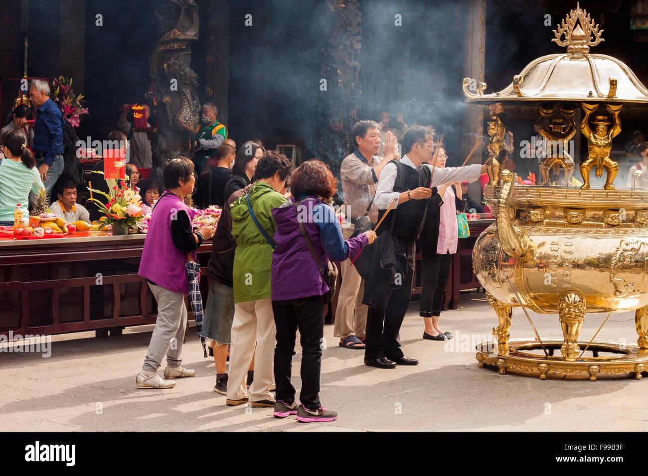 TAIPEI, TAIWAN - APRIL 23: people pray in Longshan temple in Taipei, Taiwan on April 23th 2015. - Stock Image