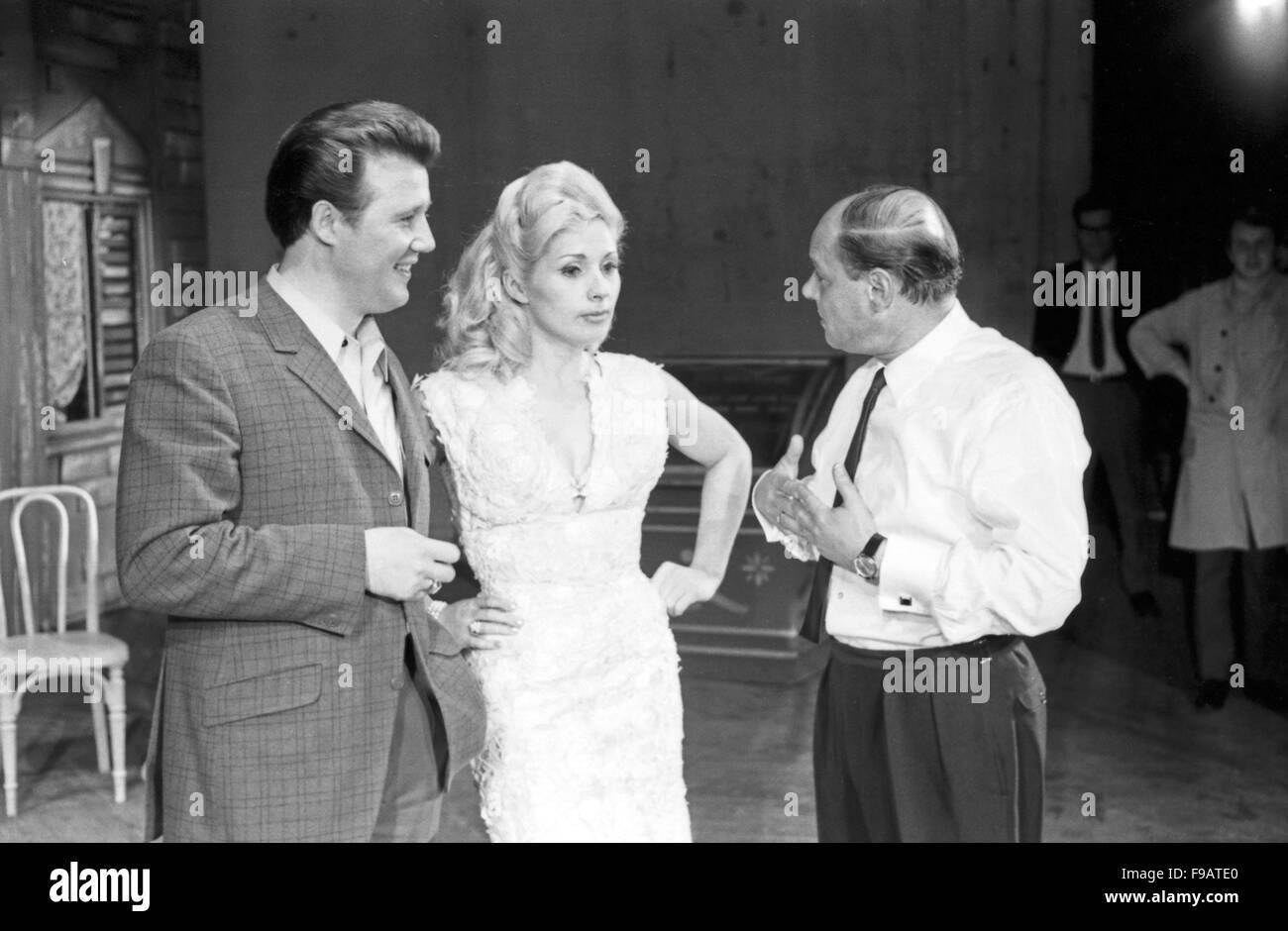 """Aufführung der Operette """"Skandal in San Molino (Lauter Gauner)"""", 1960er Jahre. Darsteller: Theo Thünken, Rut Rex, Alfred Scholz (Glatze), 24x36swNeg263 Stock Photo"""