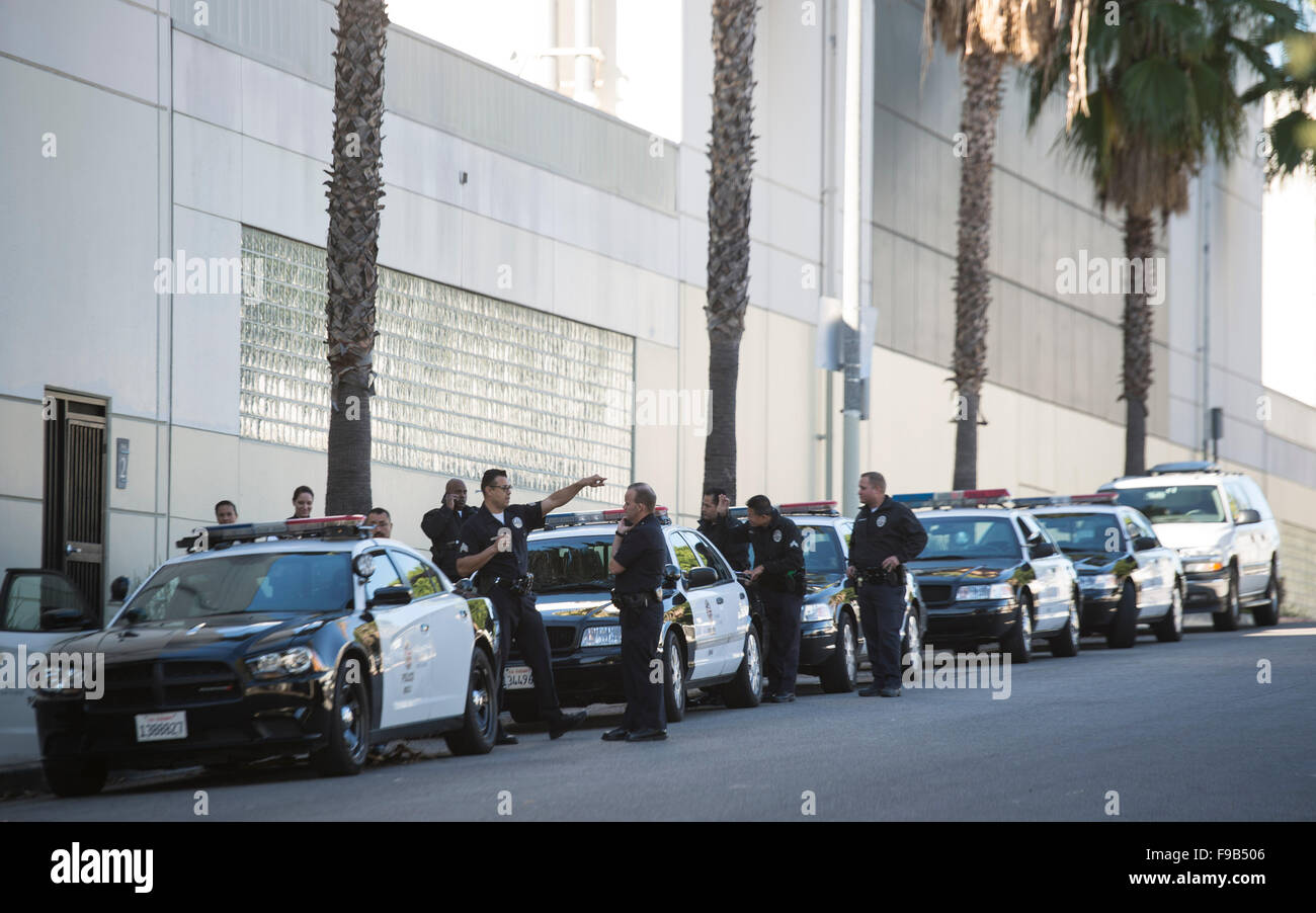 (151215) -- LOS ANGELES, Dec. 15, 2015 (Xinhua) -- Policemen gather near the offices of Los Angeles Unified School - Stock Image