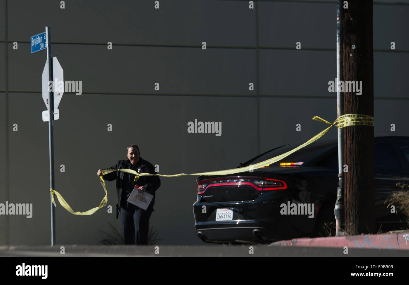 (151215) -- LOS ANGELES, Dec. 15, 2015 (Xinhua) -- A police officer puts up yellow tape near the offices of Los - Stock Image