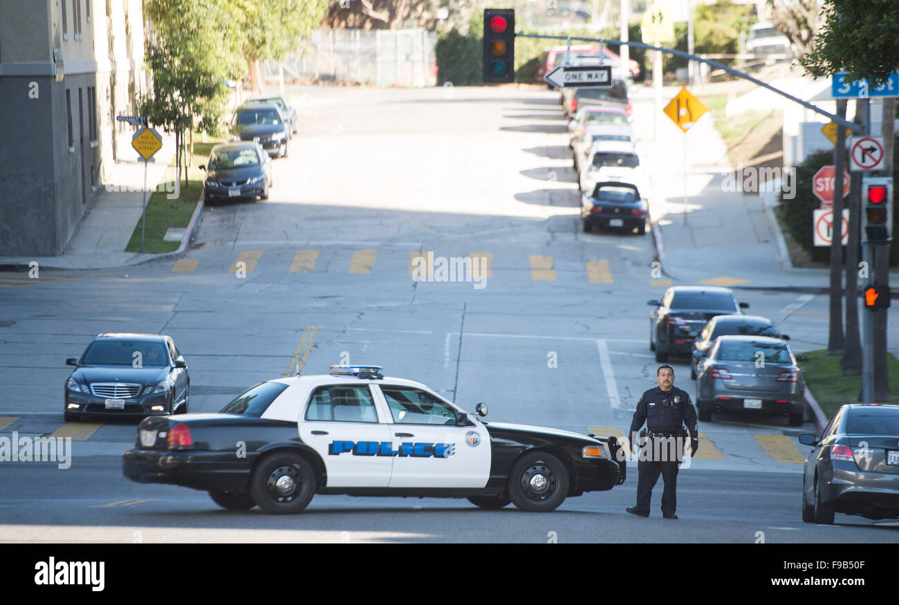 (151215) -- LOS ANGELES, Dec. 15, 2015 (Xinhua) -- A police officer blocks the street near the offices of Los Angeles - Stock Image