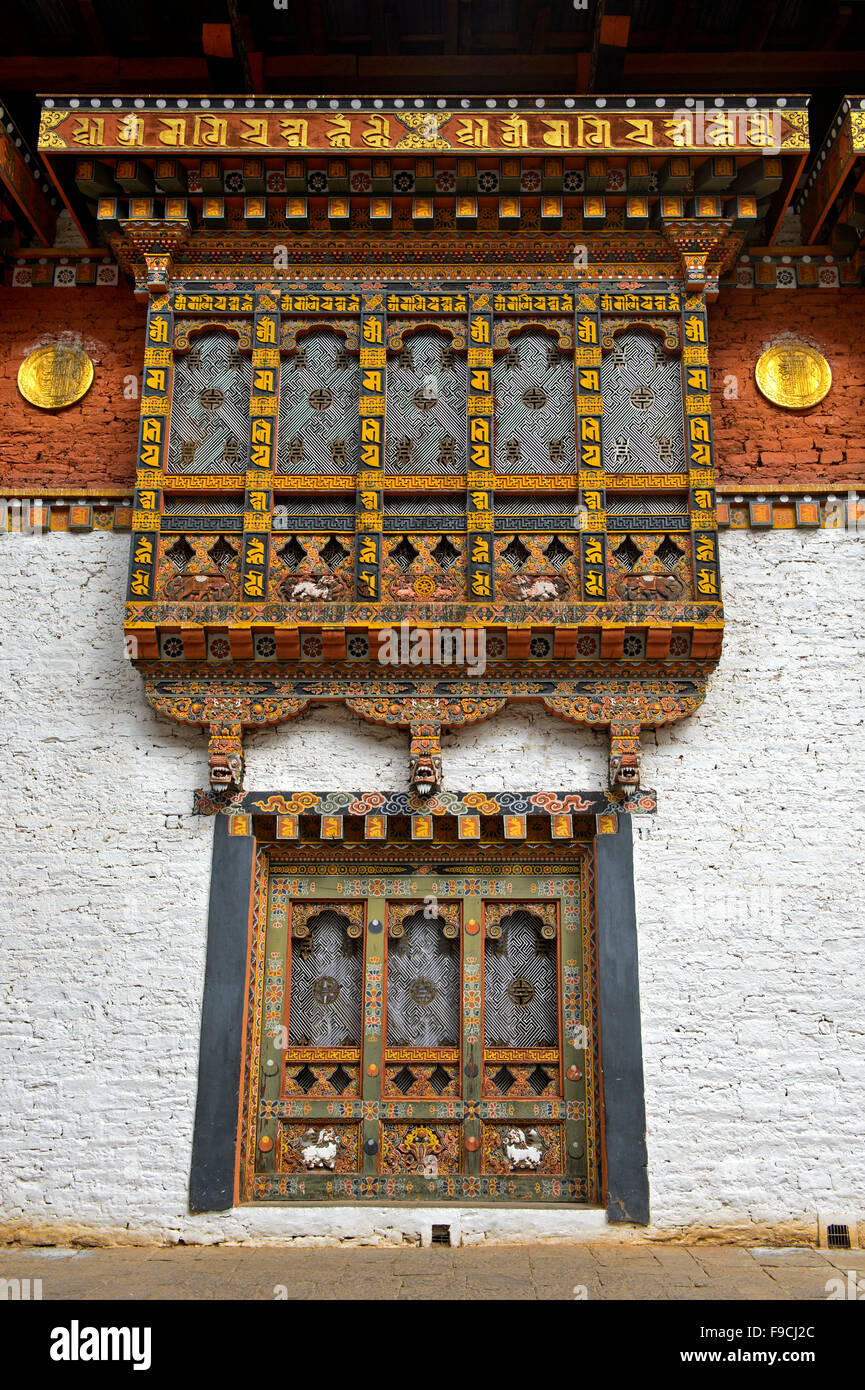Richly ornated windows and bay windows in the monastery and fortress Punakha Dzong, Punakah, Bhutan - Stock Image
