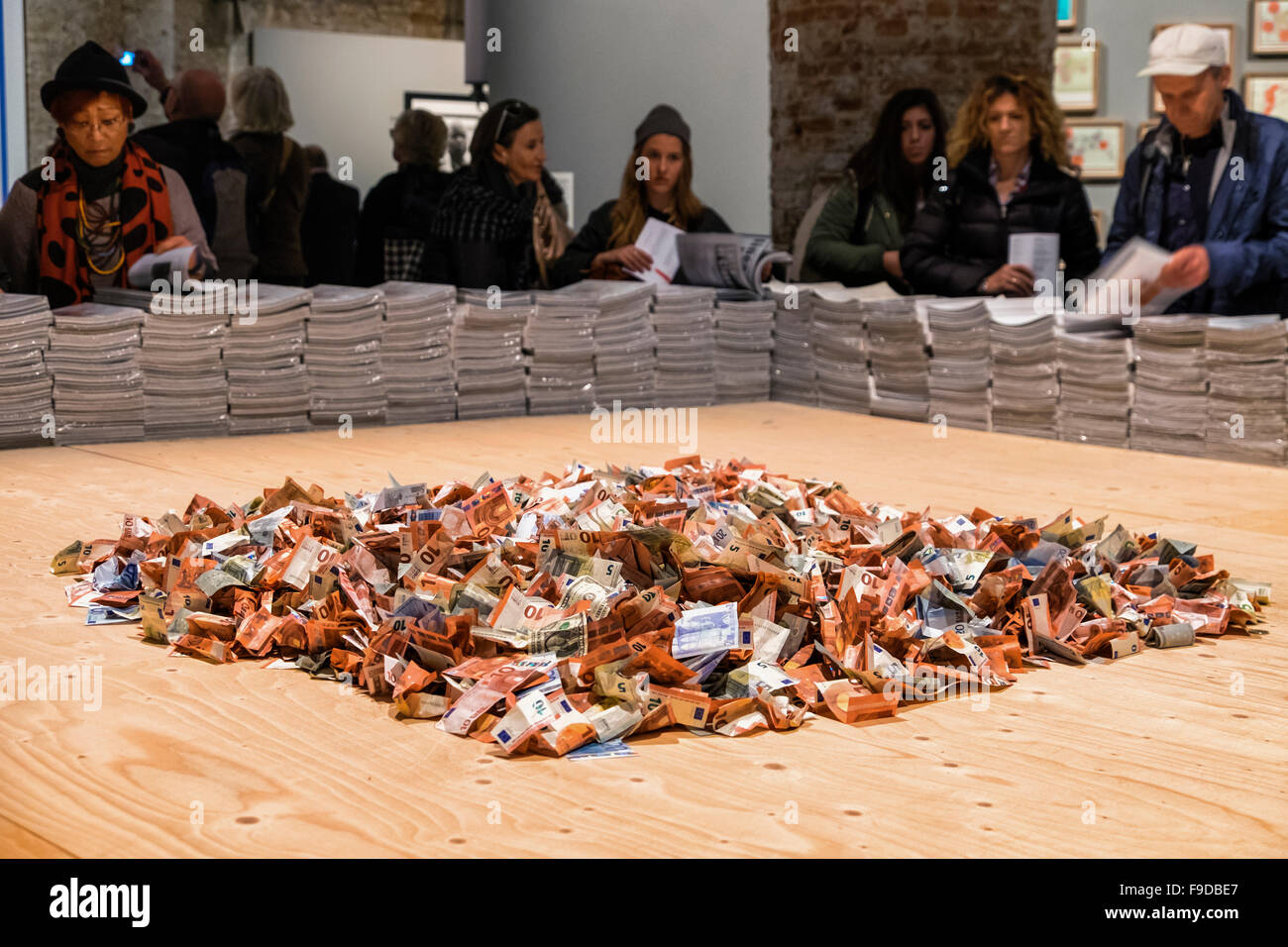 Marco Fusinato's artwork 'From the Horde to the Bee' - People throw euro notes into display to buy a - Stock Image
