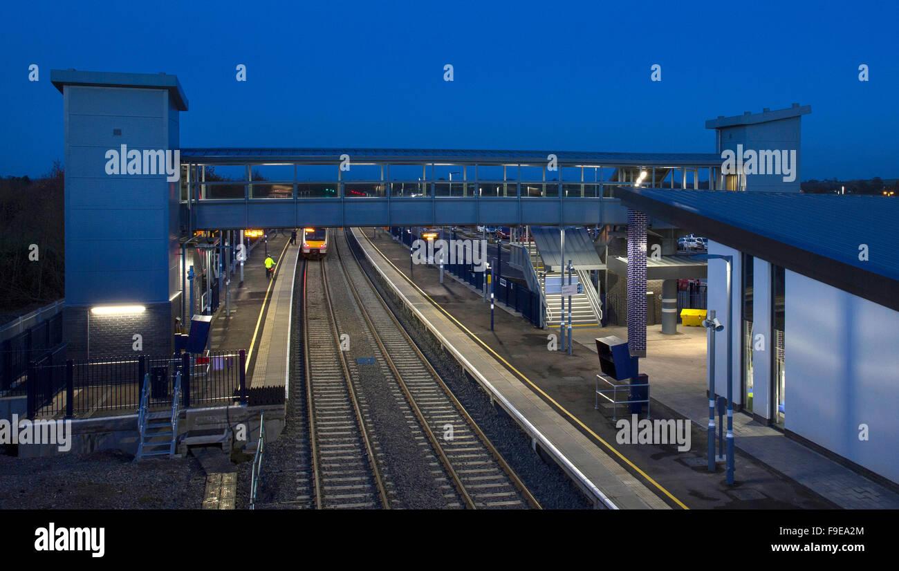 Footbridge,platform and station at Oxford parkway railway station,Oxford,England. - Stock Image