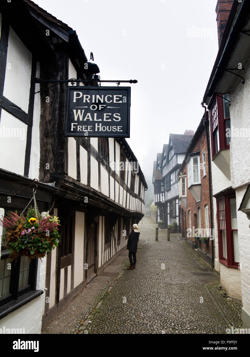 UK, Herefordshire, Ledbury, Church Lane, timber framed Prince of Wales Free House pub on cobbled lane - Stock Image