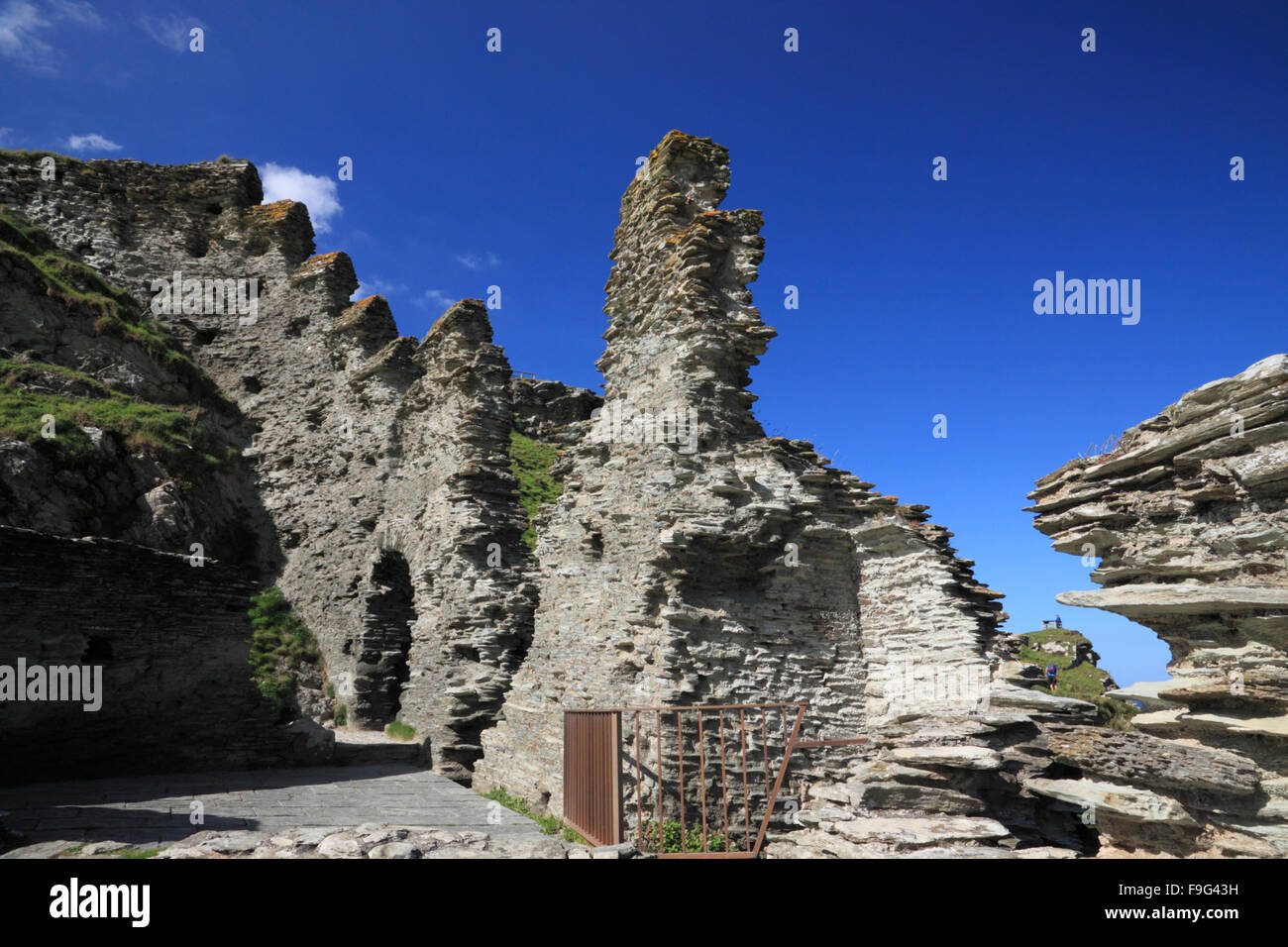 A ruined castle on the cliffs at Tintagel, Cornwall. - Stock Image