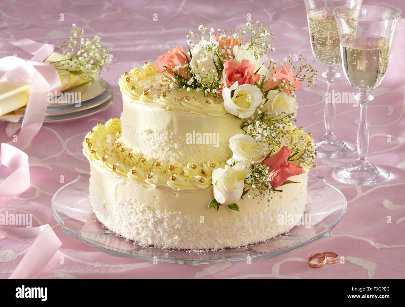 Two Layer Wedding Cake Step By Step Stock Photos & Two Layer Wedding ...