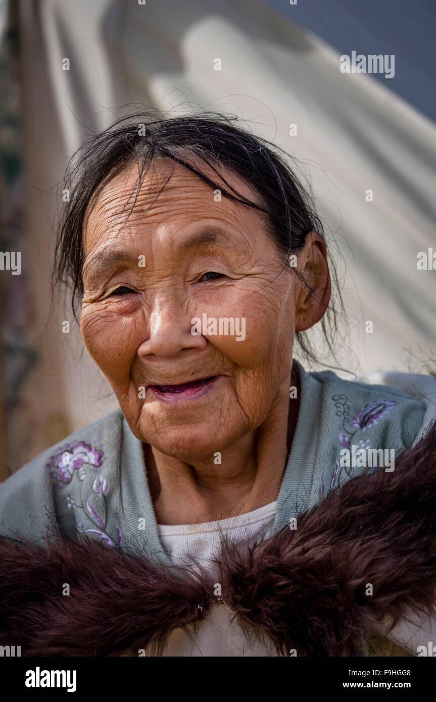 INUIT WOMAN  ARCTIC BAY       BAFFIN ISLAND     CANADA - Stock Image