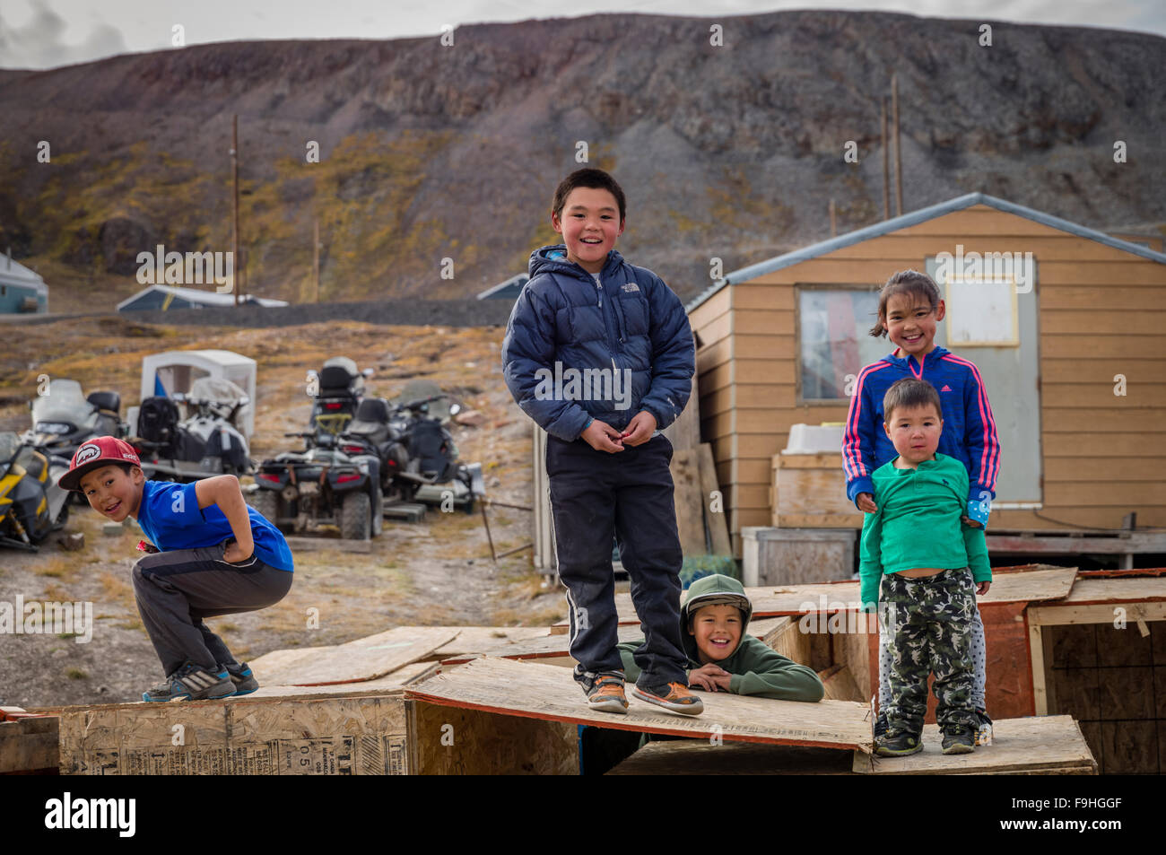 INUIT CHILDREN ARCTIC BAY       BAFFIN ISLAND     CANADA - Stock Image