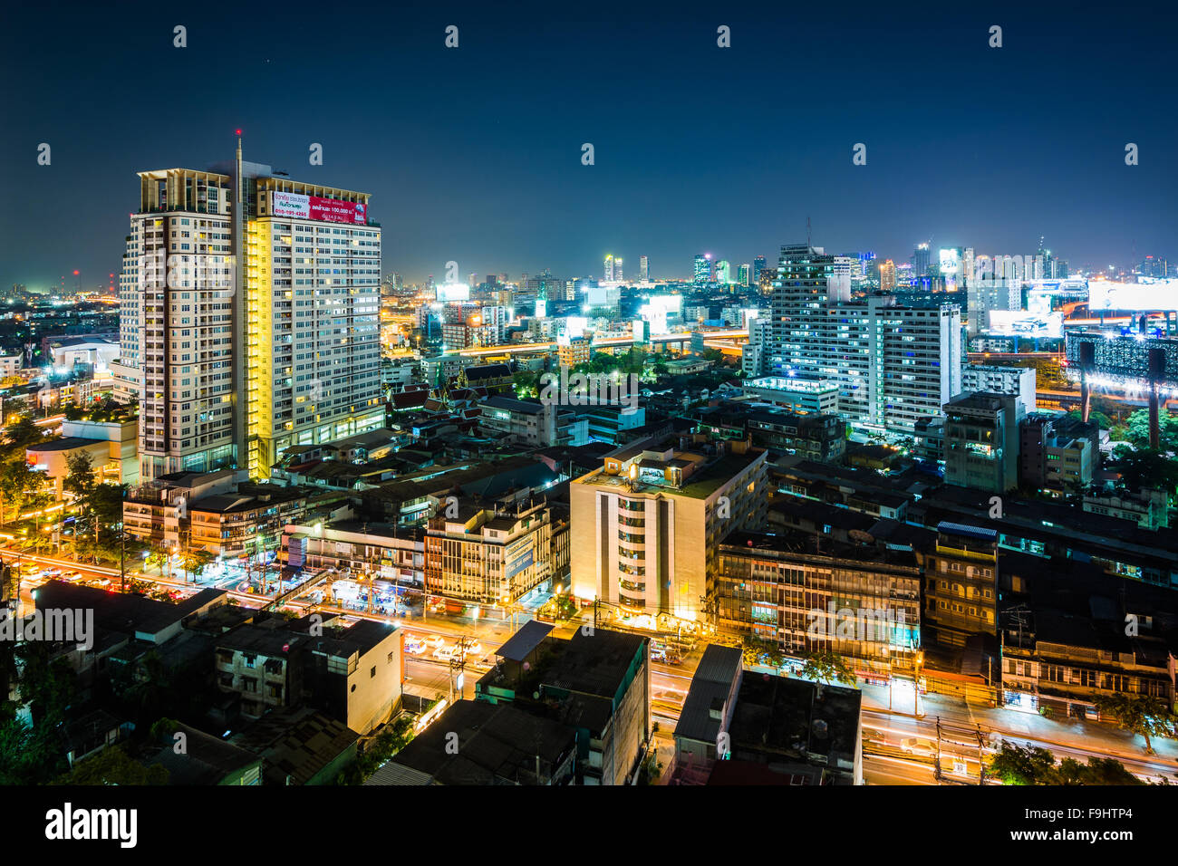 View of the Ratchathewi District at night, in Bangkok, Thailand. - Stock Image