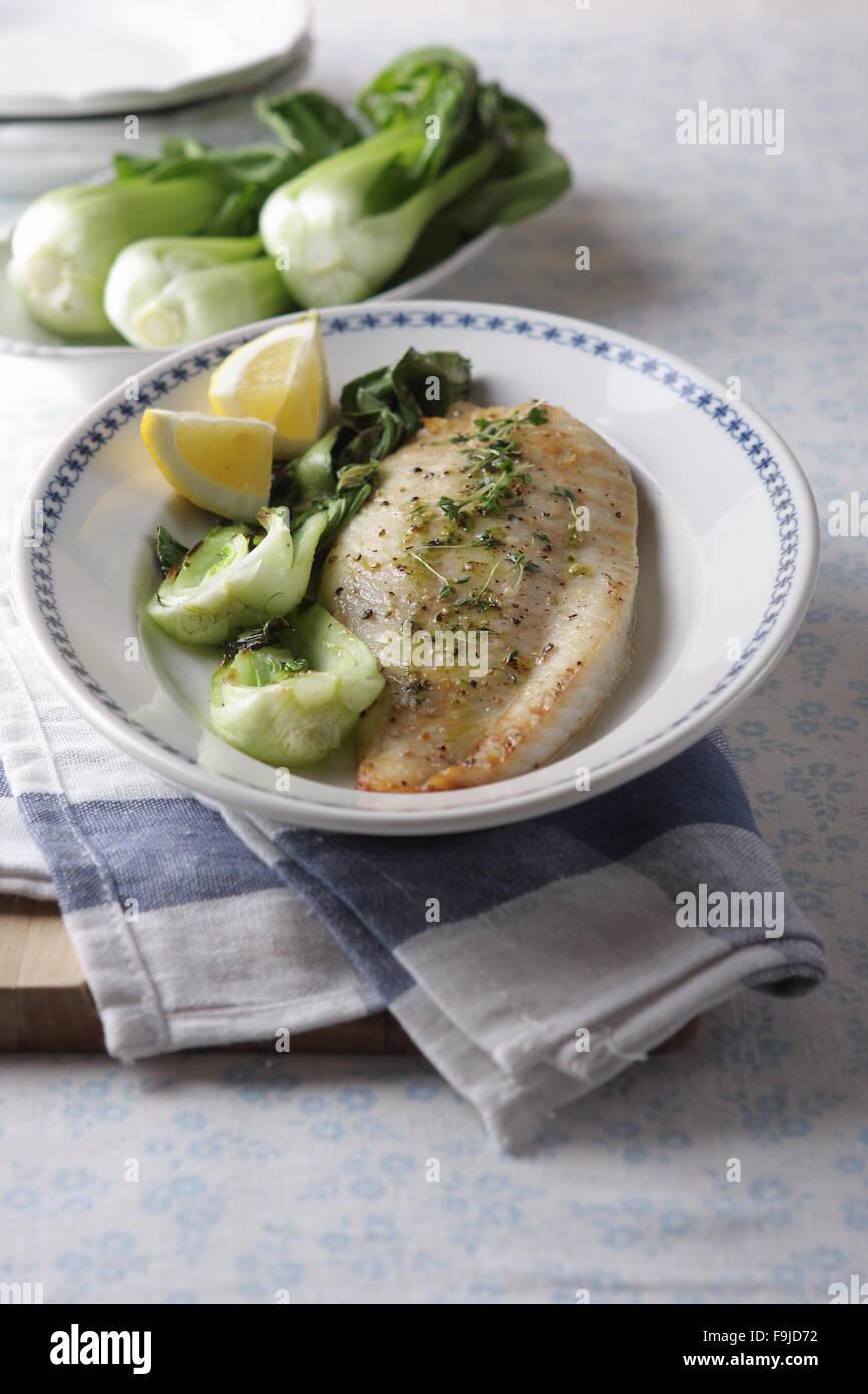 Grilovaná ryba s opečeným salátem - Stock Image