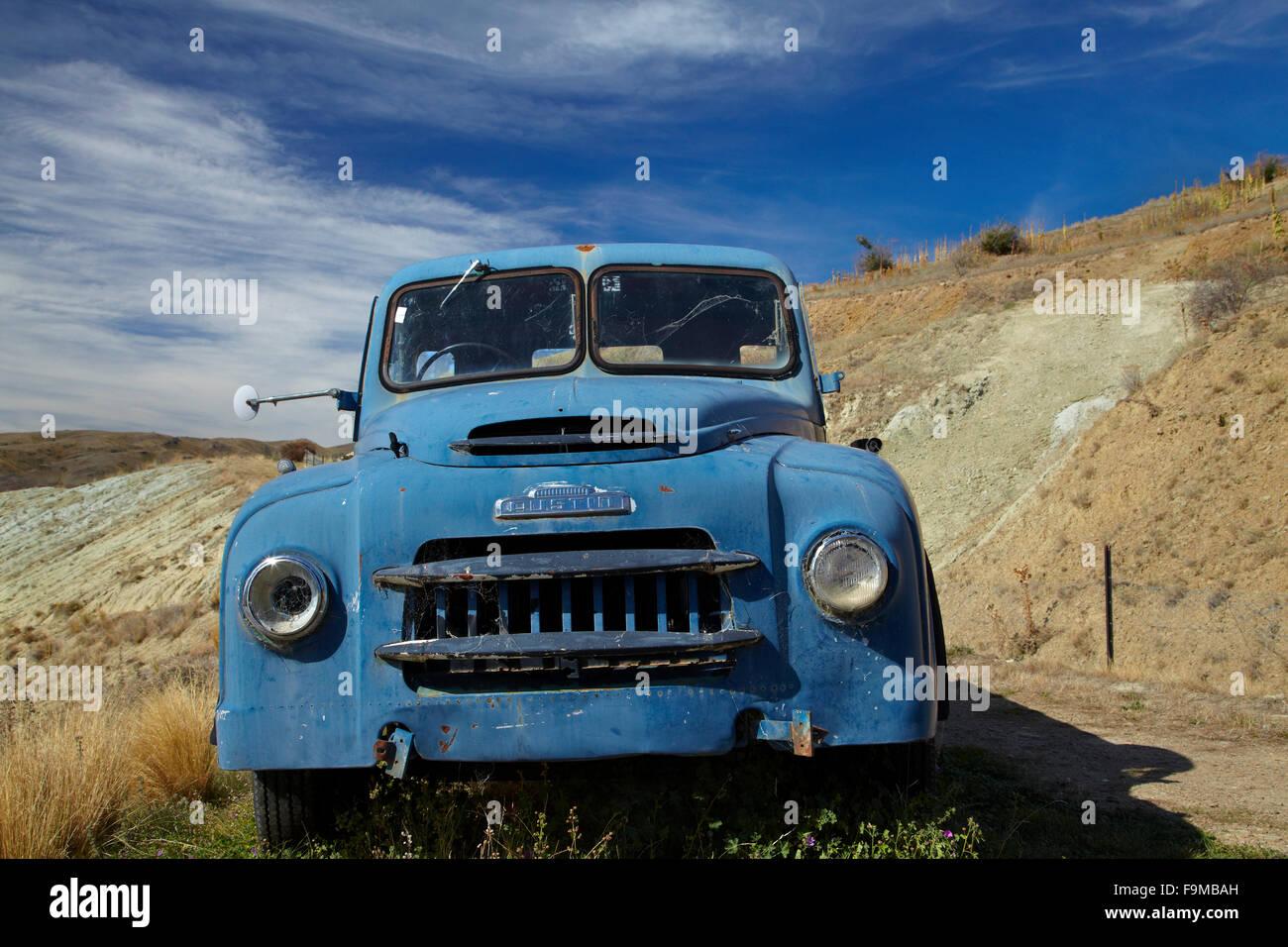Old Austin Truck, Mount Difficulty Vineyard, Bannockburn, Central Otago, South Island, New Zealand - Stock Image