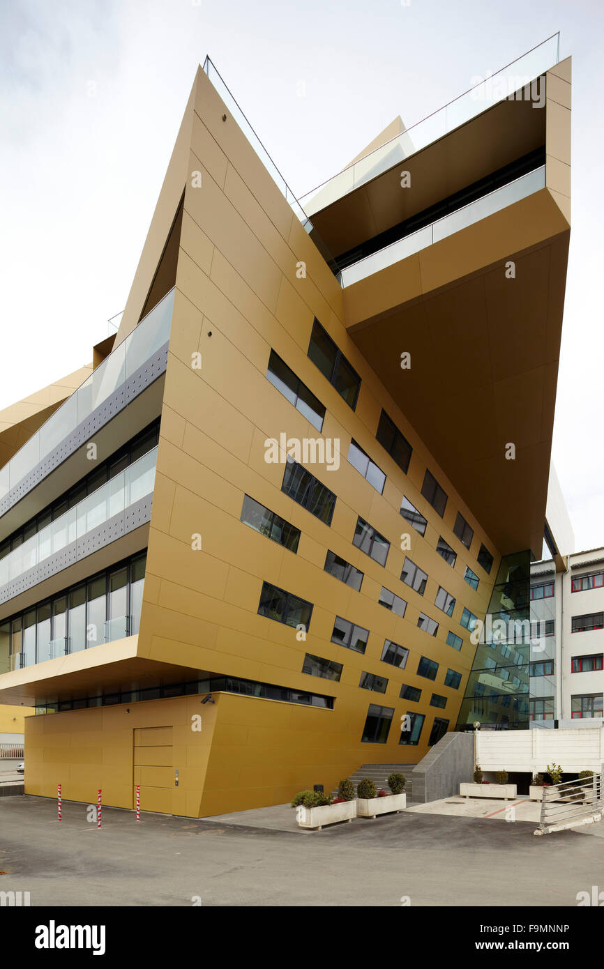 End-on view of the asymmetric angular exterior of the Raiffeisen Finance Centre building in Eisenstadt, Austria - Stock Image
