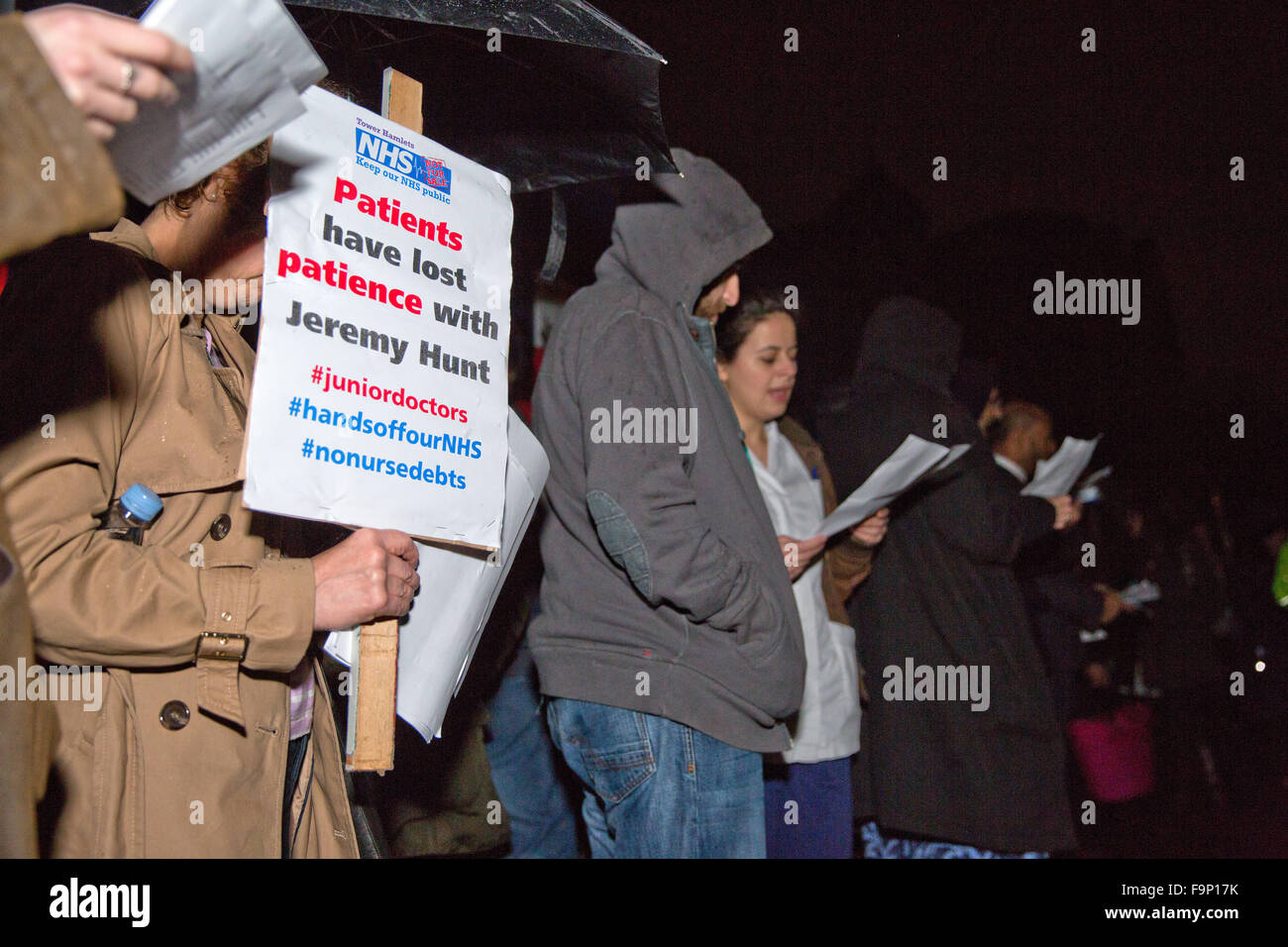 London, UK. 17th December, 2015. Supporters of the junior doctors and student nurses sing at the Christmas Rally - Stock Image