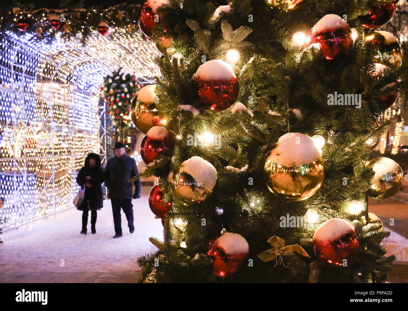Moscow, Russia. 17th Dec, 2015. People walking in Tverskoy Boulevard decorated for the upcoming holidays as part Stock Photo
