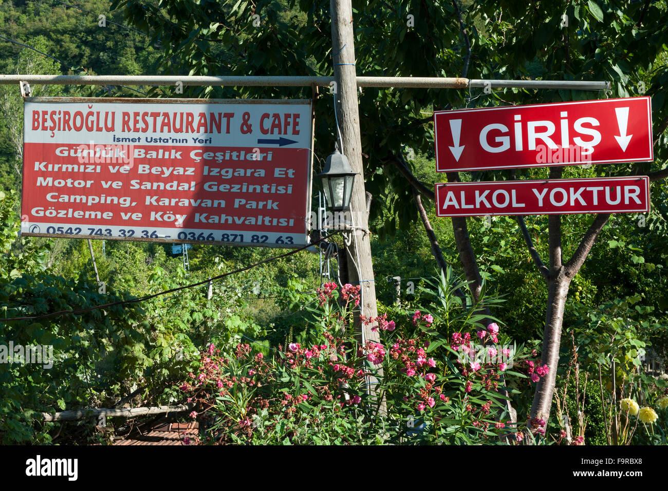 Türkei, westliche Schwarzmeerküste, Bucht von Gideros westlich von Cide, Werbung für ein Lokal 'ohne - Stock Image