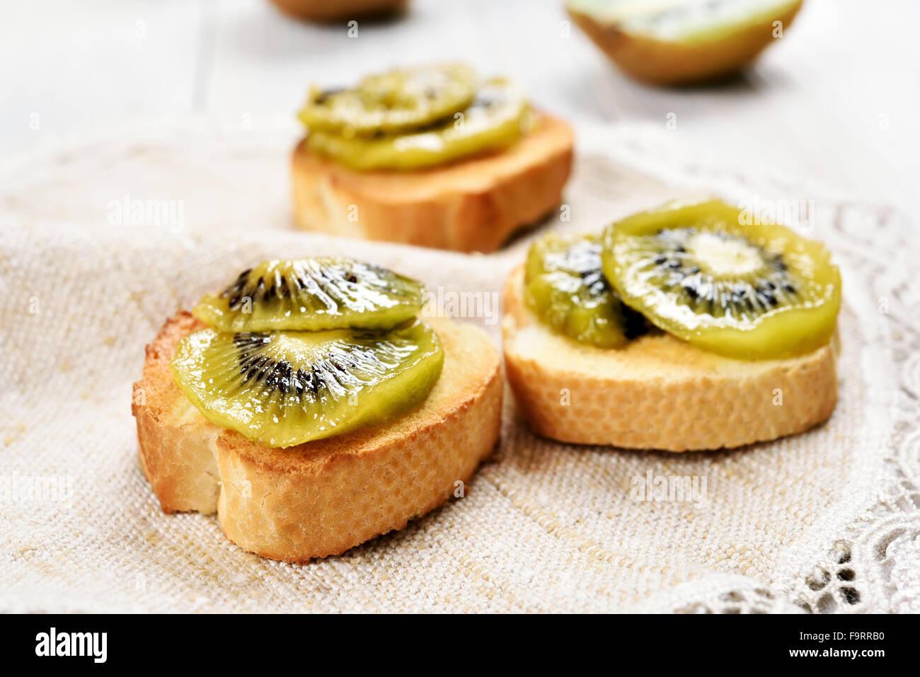 Kiwi jam on bread over napkin - Stock Image