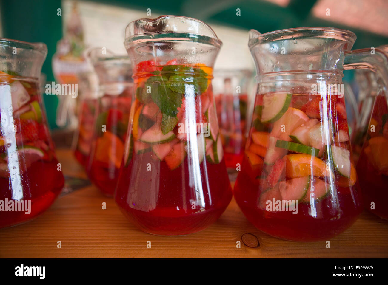 pimms and lemonade drink jug glass glasses refreshing fruit alcoholic drinks alcohol fresh mint gin based tall long - Stock Image