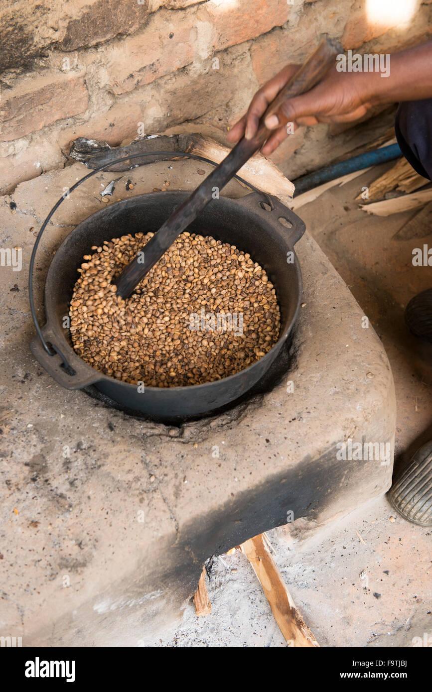 Roasting coffee beans, Omwani Women's Coffee Cooperative, Uganda - Stock Image