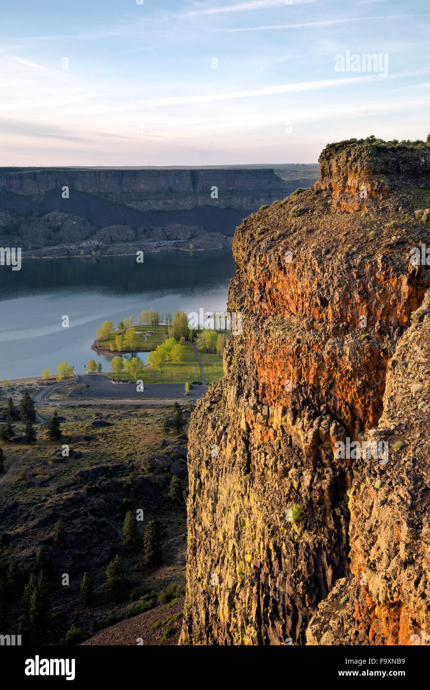 The columnar basalt wall of Steamboat Rock in Steamboat Rock State Park on shores of Devils Punch Bowl in the Upper - Stock Image