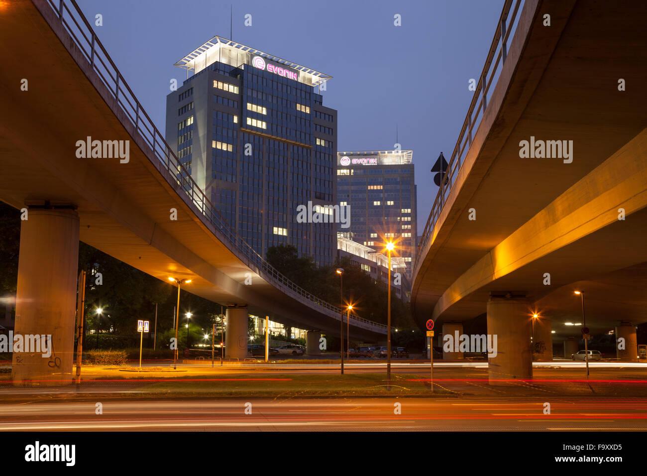 Germany, North Rhine-Westphalia, Essen, headquarters Evonik Industries, elevated road in the evening - Stock Image