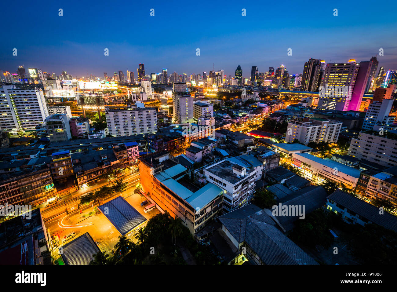 View of the Ratchathewi District at twilight, in Bangkok, Thailand. - Stock Image