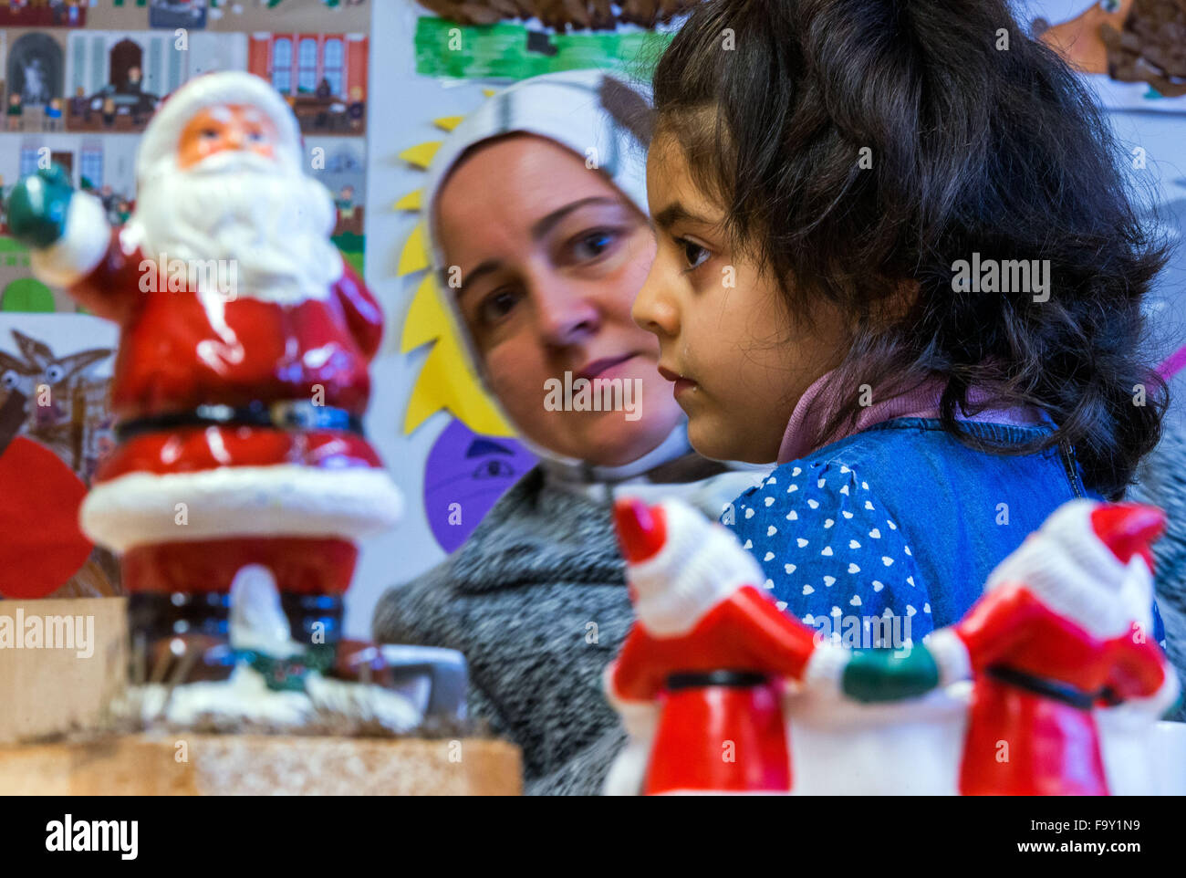 Schwerin, Germany. 14th Dec, 2015. Five-year-old Nisren from Syria and her mother Abir Kroma attend the Christmas - Stock Image