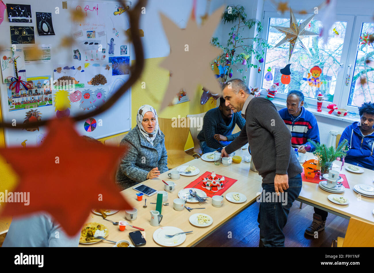 Schwerin, Germany. 14th Dec, 2015. Refugee from Syria, Eritrea, Somalia, and Iraq attend the Christmas party for - Stock Image